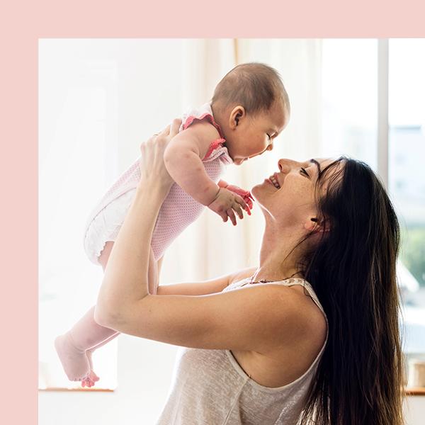 Une nounou joue avec un bébé.