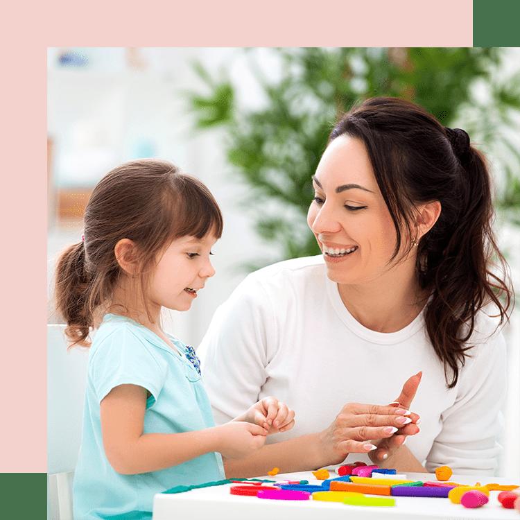 Une nounou à domicile jouant avec une petite fille.